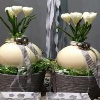 bloemstuk met struisvogel ei