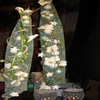 bloemstuk met houtjes in glas