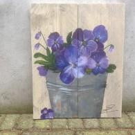 viooltjes op kleine steigerplankjes
